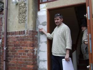"""Pan Marek Kula wskazuje miejsca skąd wypadła gazeta """"Berliner Lokal sanatorium Birkenhof skrywa jeszcze jakieś tajemnice?"""